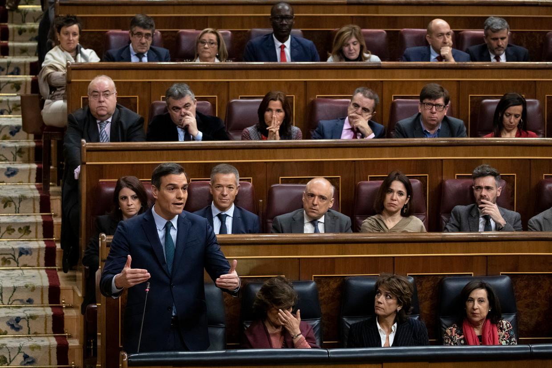 Demissionair premier Pedro Sánchez spreekt het Spaanse parlement toe, in de aanloop naar zijn nieuwe regering.