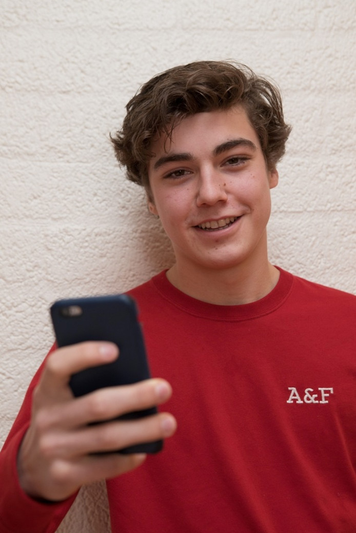 Leerling Joost Tijink (17 uit Bathmen) vindt het een leuk experiment, maar zal blij zijn als hij zijn mobiel weer in de klas mag gebruiken. Foto: Gerard Vrakking