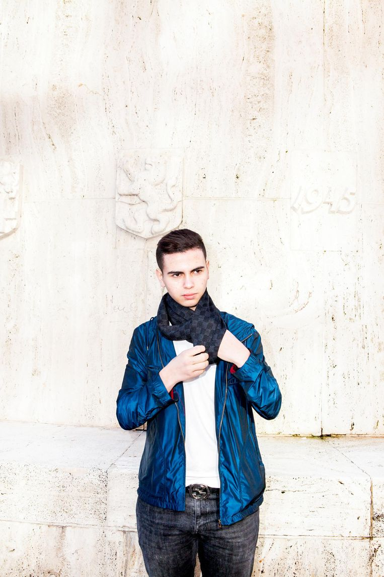 Achraf draagt een sjaal van Louis Vuitton. Beeld Marie Wanders