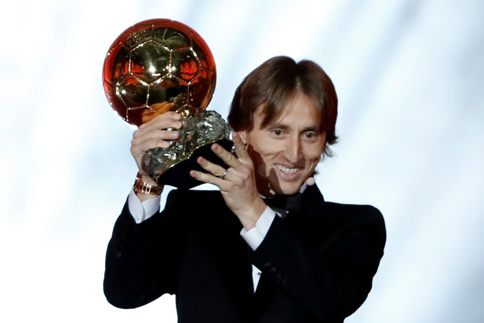 Luka Modric met de Ballon d'Or die hij vorig jaar won.