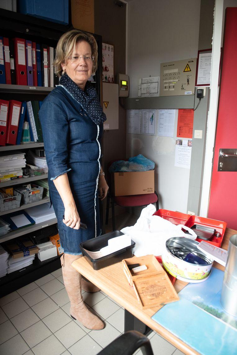 Martine Delmotte in haar overhoop gehaald kantoor.