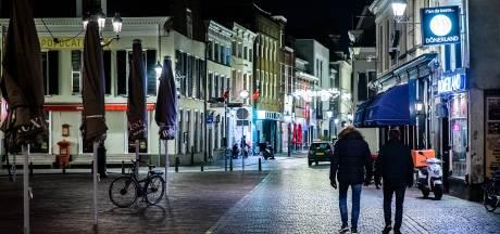 Geen handhaving, wel aanspreken tijdens avondklok, maar: mogen jongerenwerkers wel de straat op?