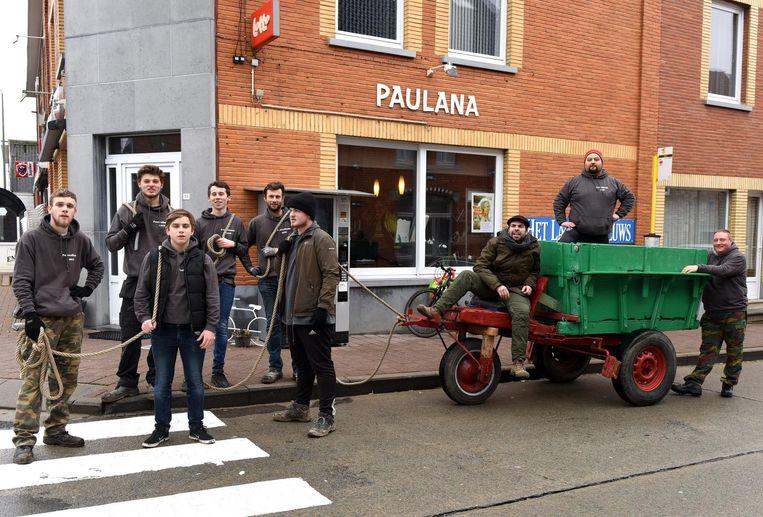 De Pauwel (op de kar) wordt, samen met zijn bendeleden, door de straten van Galmaarden getrokken.