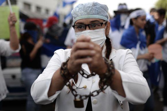 Een van de ontslagen artsen heeft samen met zijn collega's en honderden demonstranten deelgenomen aan een protestactie tegen de ontslagronde.