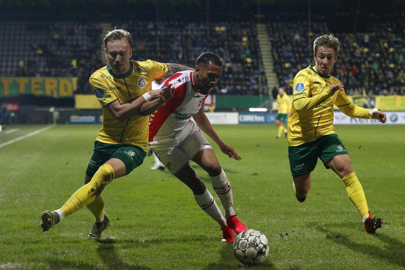 Mark Diemers in actie tegen FC Emmen.