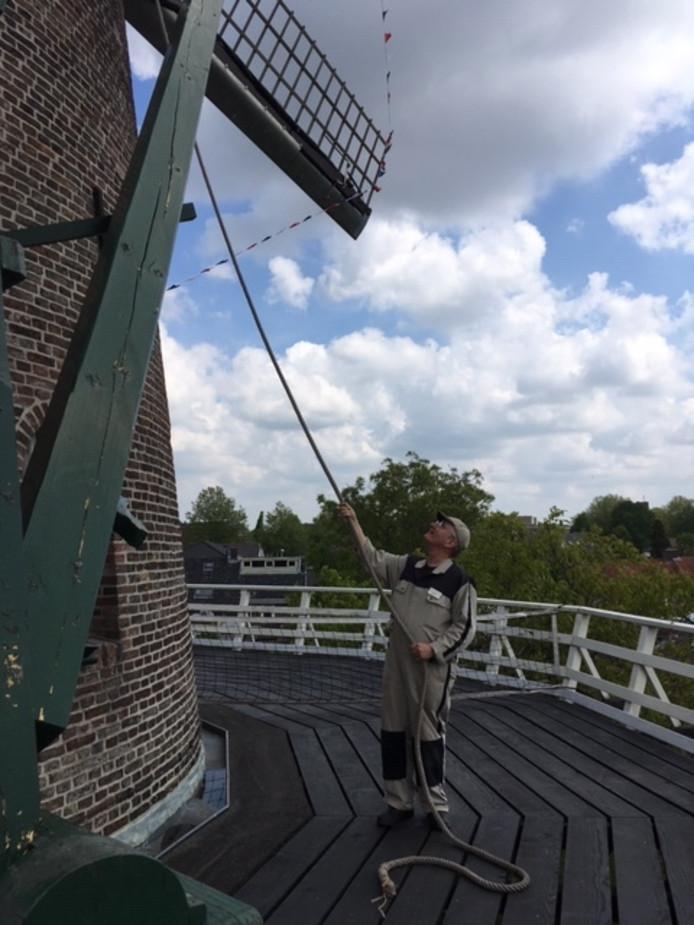 Molenaar Henk Raaijmakers aan het werk bij De Volharding in Best.