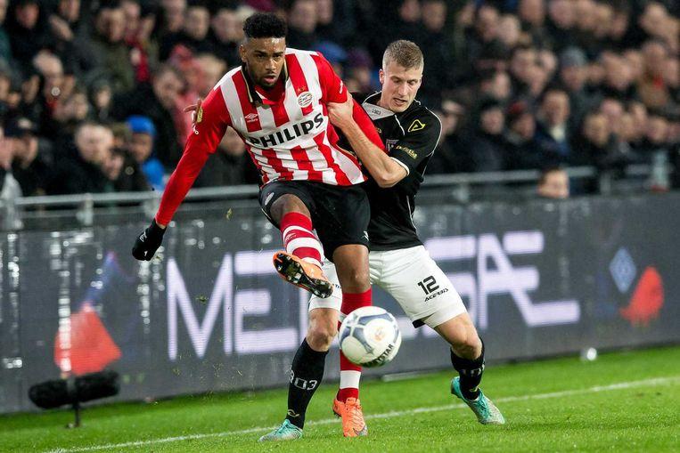PSV-speler Jurgen Locadia (l) in duel met Wout Droste van Heracles Almelo. Beeld null