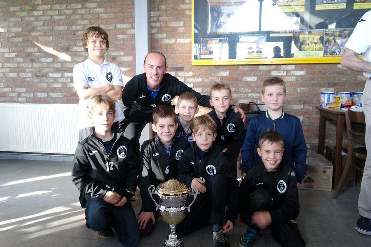 Yoran Maes (links boven), het zoontje van Glenn, mocht gisteren de eerste beker uitreiken aan de spelertjes MSZM Brugge.