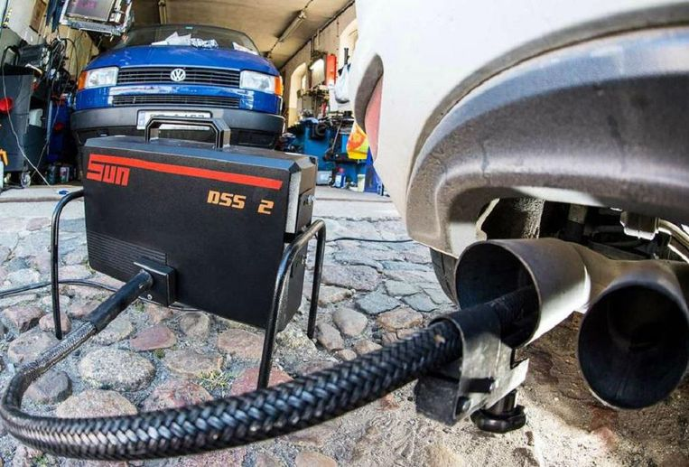 Met een speciaal apparaat wordt de uitstoot van een Volkswagen gemeten. Beeld epa