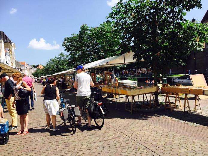 De Zwolse boekenmarkt aan de Thorbeckegracht.