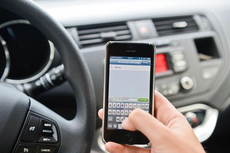 Wie betrapt wordt met de gsm achter het stuur, krijgt een boete van 116 euro.