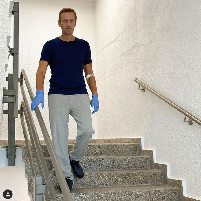 Een trap oplopen is nog lastig voor Nalavny maar trap af lukt alweer aardig, schreef de Russische oppositieleider bij deze foto van hem in het Charité-ziekenhuis in Berlijn die hij vanmiddag op zijn Instagram plaatste.