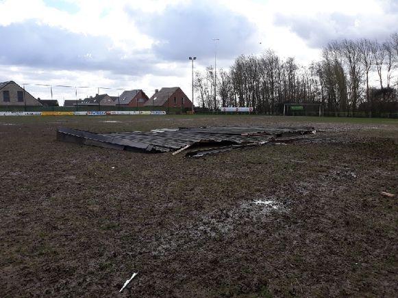 Het dak van de kleedkamers kwam op het voetbalterrein van Sparta Kruiseke terecht.