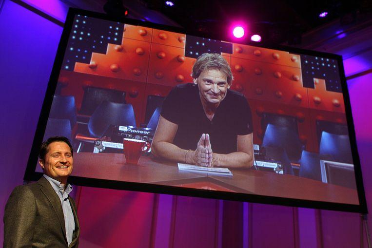Voorganger Matthijs van Nieuwkerk maakt via een videoboodschap bekend dat RTL-baas Bert Habets (L) door de redactie van mediavakblad Broadcast Magazine uitgeroepen is tot Omroepman van het jaar 2013. Beeld ANP