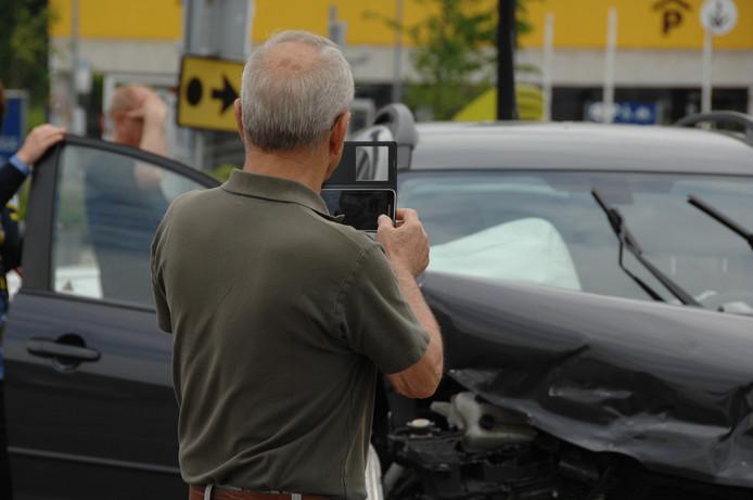 Omstanders filmen bij een ongeval
