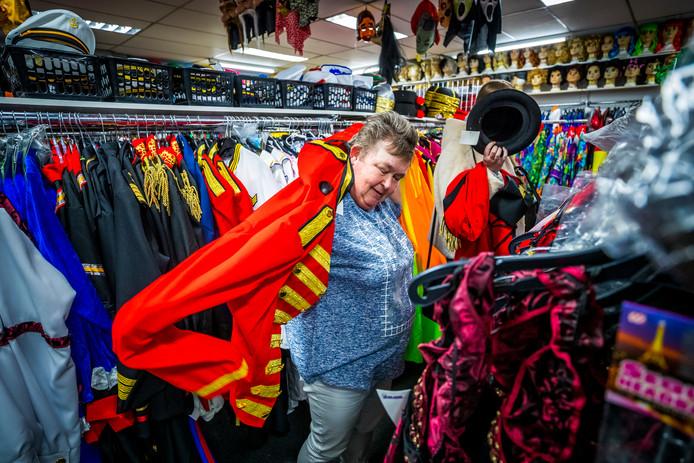 Een klant past een kostuum in de carnavalswinkel 't Mooswief in Maastricht in aanloop naar carnaval.