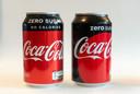 Blikjes Coca-Cola zero sugar: links de nieuwe verpakking, rechts de huidige.