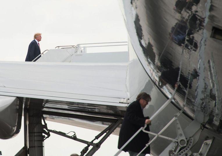 Donald Trump en Steve Bannon gaan aan boord van een Air Force One voor de terugkeer van West Palm Beach naar Washington. Beeld afp