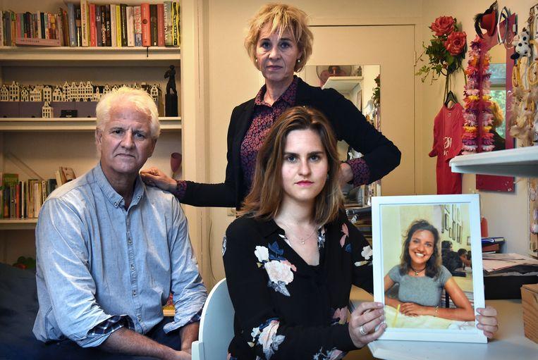 De vader, moeder en zus van Mare Welkers tonen haar foto. Beeld Marcel van den Bergh