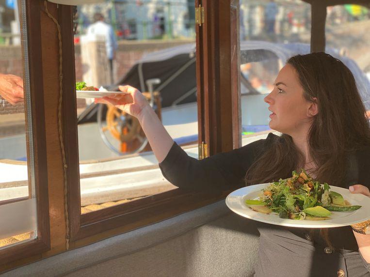 In het grachtenrestaurant worden gasten direct vanuit de keuken tot aan de boot bediend. Beeld Grachtenrestaurant
