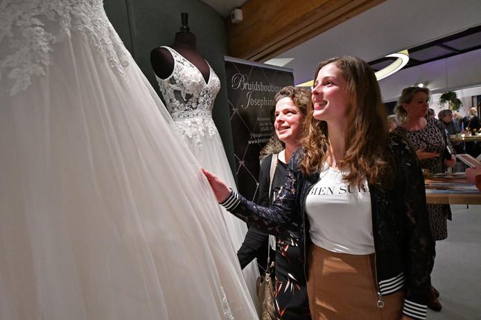 Myrthe Rietman uit Rijssen zoekt nog een trouwjurk, dus ze is op de Bruidsbeurs in Rijssen aan het juiste adres.