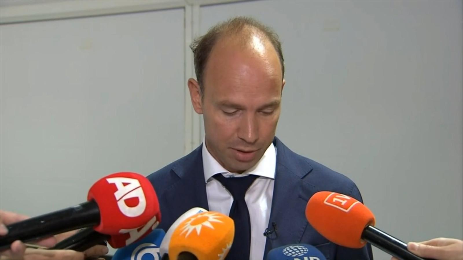 Advocaat Sander Janssen las een verklaring van Willem Holleeder voor kort na de uitspraak van de rechter.