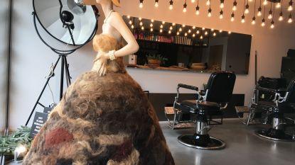 Een jurk met plukjes haar van klanten: kapper in Oudenaarde ontwerpt opvallend kledingstuk