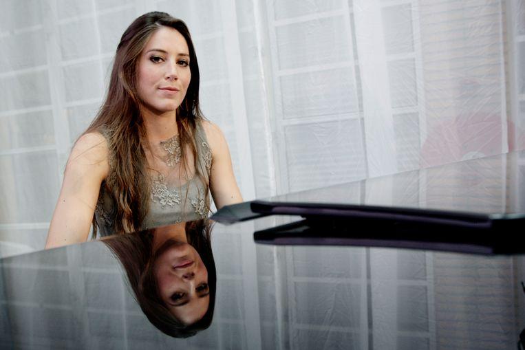 Iris Hond maakt volgend jaar haar debuut als schrijfster. De 32-jarige pianiste heeft woensdag een contract getekend bij Bruna Uitgevers, laat ze weten via Instagram.