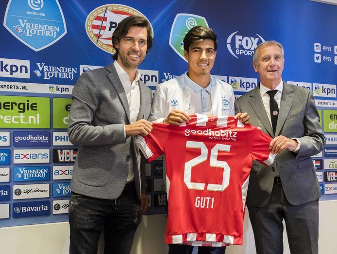 Directeur voetbalzaken a.i. John de Jong van PSV, Érick Gutiérrez en Willy van der Kuijlen, oftwel 'mister PSV'.