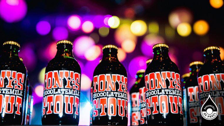 De biertjes helpen de zwaarmoedige Amsterdammer de jaarwisseling door. Beeld De Prael, Tony Chocolonely