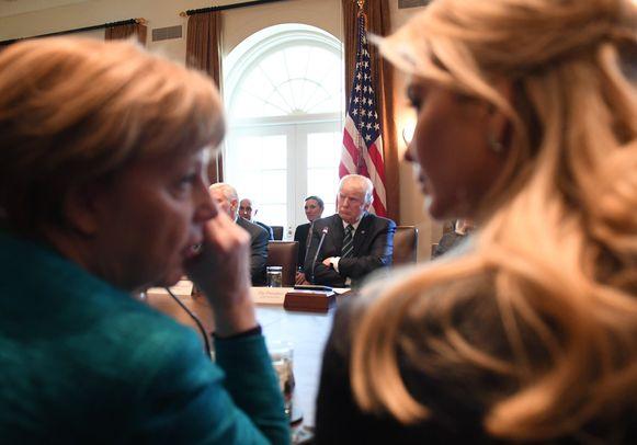 Angela Merkel en Ivanka Trump delen een momentje.