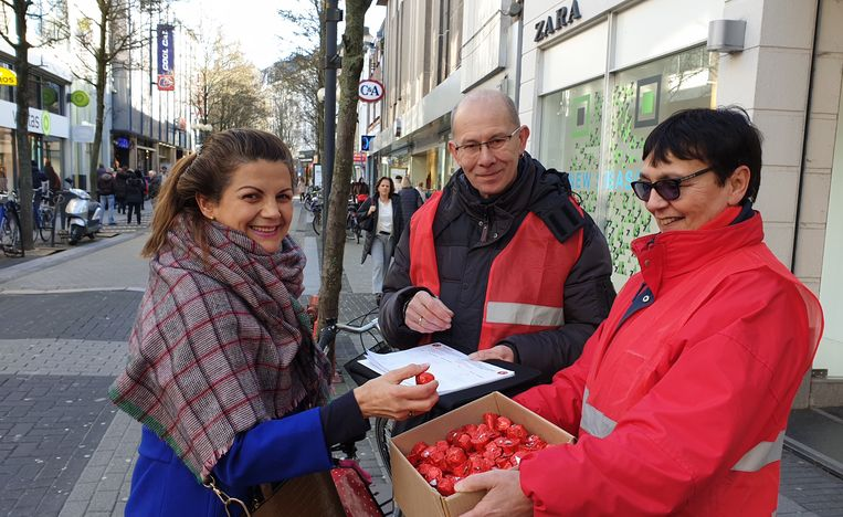 ABVV-medewerkers met hun petitie in de Gasthuisstraat in Turnhout