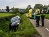 Auto raakt van de weg en belandt in de sloot in Bakel