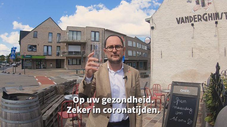 """""""Op uw gezondheid"""", zegt Vincent Van Quickenborne. Met een glas water..."""