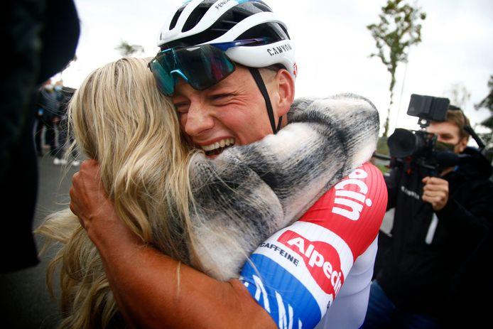 Mathieu van der Poel en zijn vriendin Roxanne zijn dolgelukkig na de finish in de Ronde van Vlaanderen.