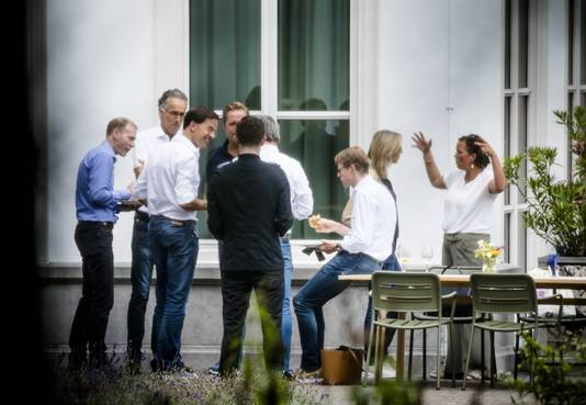 Bewindspersonen van het kabinet Rutte III tijdens een lunch in de tuin van het Catshuis voor een informele heisessie van het kabinet.