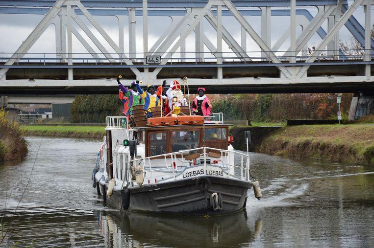 Sinterklaas en zijn zwarte pieten komen aan bij de Schiptrekkersbrug.