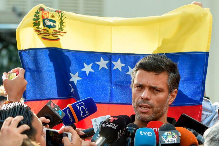 Leopoldo Lopez staat de pers te woord buiten de Spaanse ambassade in Caracas Beeld AFP