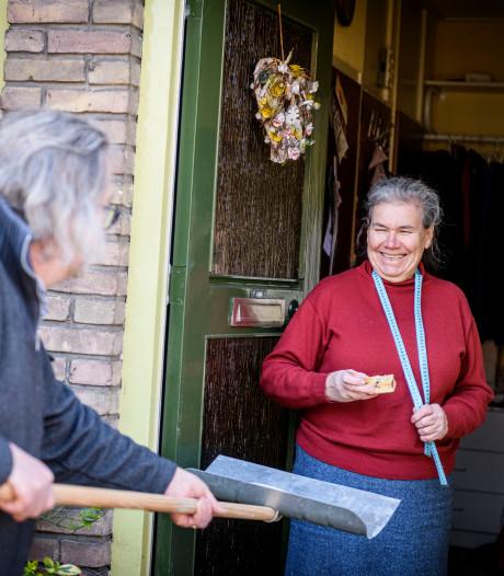 Ouderen in Hengelo genieten van cakes vol frambozen én aanspraak