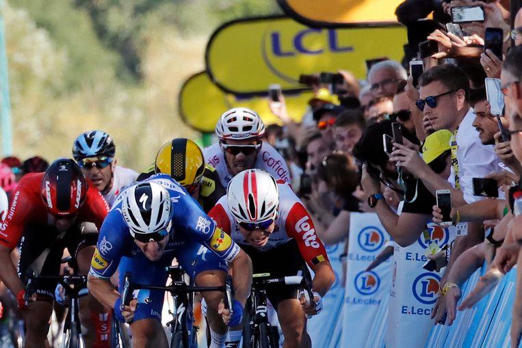 Elia Viviani, in het blauw, sprint naar de zege Beeld AP