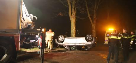 Auto raakt van de weg en belandt in de sloot in Tiel, bestuurder gewond