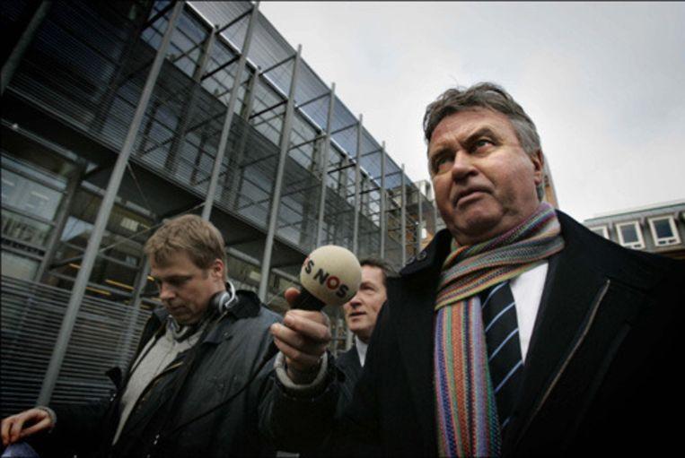 Voetbaltrainer Guus Hiddink arriveert bij de rechtbank waar hij door het Openbaar Ministerie vervolgd wordt voor belastingfraude. De aanklacht betreft de periode in Europa meteen na zijn avontuur als bondscoach in Zuid-Korea. Hiddink woonde toen tijdelijk in België en betaalde daar zijn belastingen. (ANP) Beeld