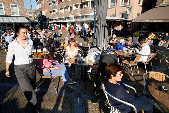 Archiefbeeld: Drukte op het terras van De Hoofdwacht in de Gorucmse binnenstad. Ondernemers verwachten maandag een toeloop voor de spaarzame plekjes, want er zullen aanzienlijk minder stoelen staan.