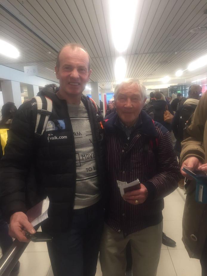 Henk Angenent (links) en Reinier Paping op Schiphol voor vertrek naar Canada.