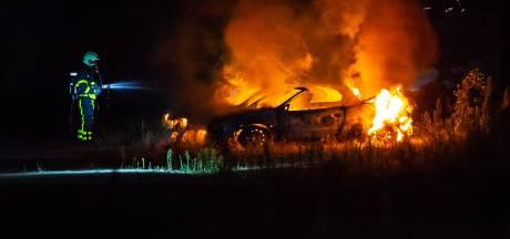 Twee auto's in Roosendaal volledig uitgebrand, vermoedelijk sprake van brandstichting