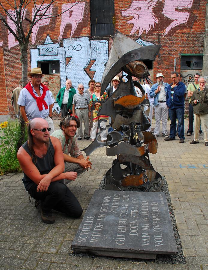 René Frik links bij zijn versie van De Visser in Doel in 2009.