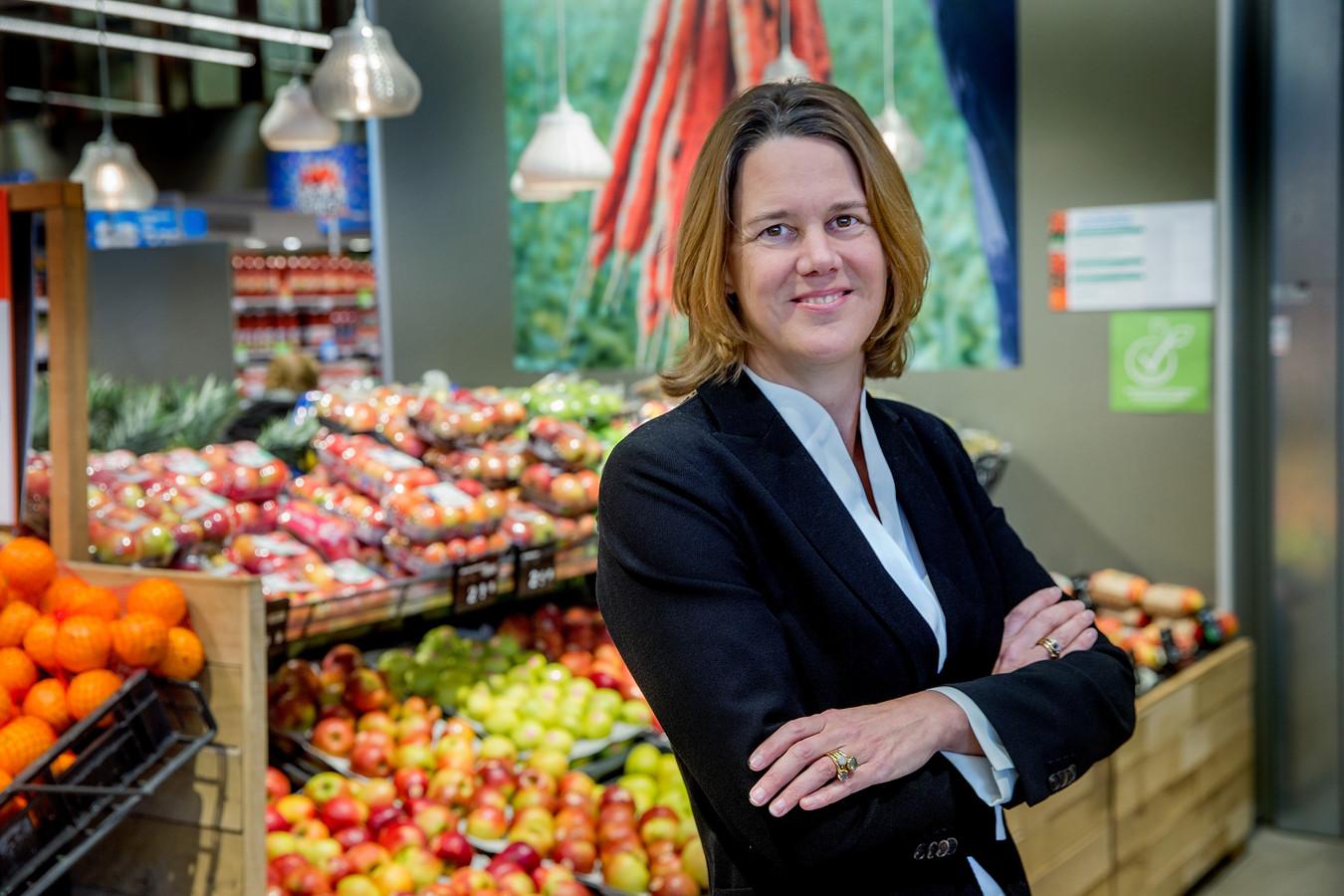 Ceo Marit van Egmond in de AH-vestiging in Koog aan de Zaan. Deze winkel onder snelweg A8, is uitgeroepen tot mooiste supermarkt van Nederland.