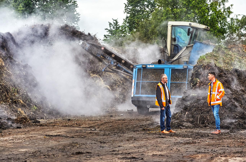 Bedrijfsleider Peter van Kessel (links) en directeur Hein van Berkel tussen het dampende groen dat uiteindelijk compost wordt.