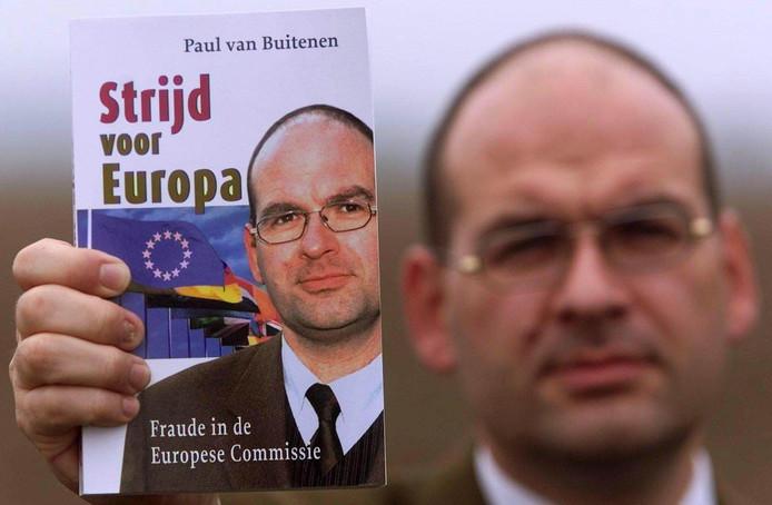 Paul  van Buitenen met zijn boek over fraude in de Europese Commissie.