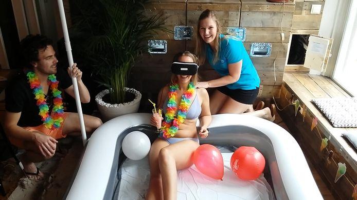 Een cocktail en een massage zorgen voor extra ontspanning tijdens de virtuele vakantie.